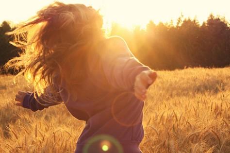 girl,free,joy,happy,sunlight,running,lovely,field,grass-fb8641fa231ee1cbdd389e2f773a1b3b_h
